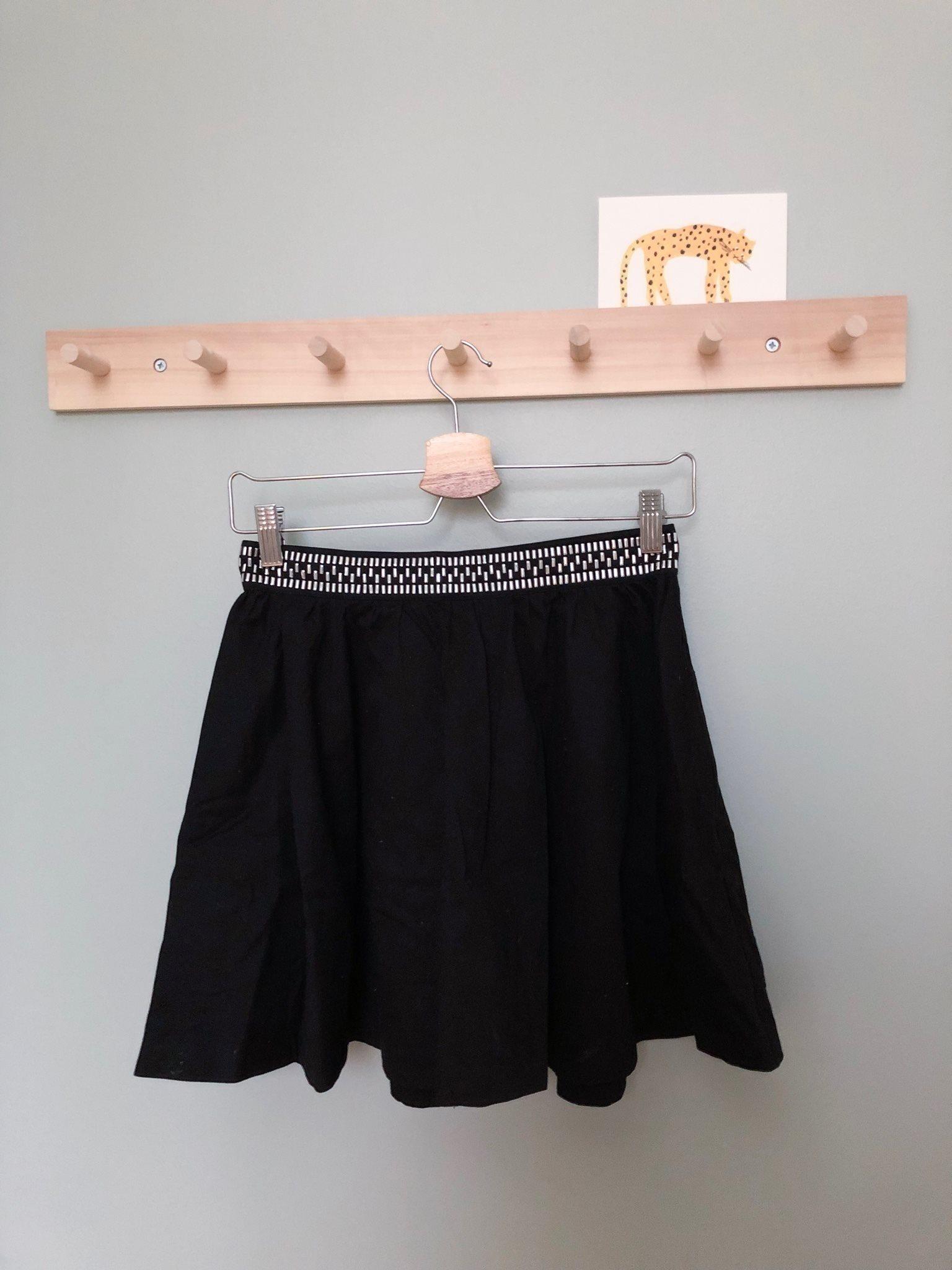 svart klockad kjol