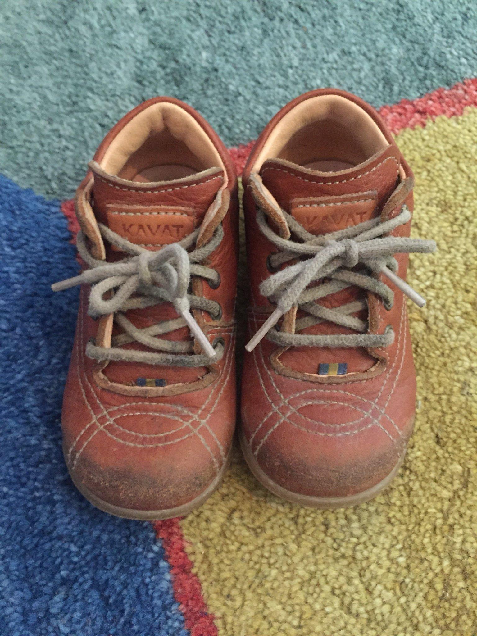 kavat skor pojke