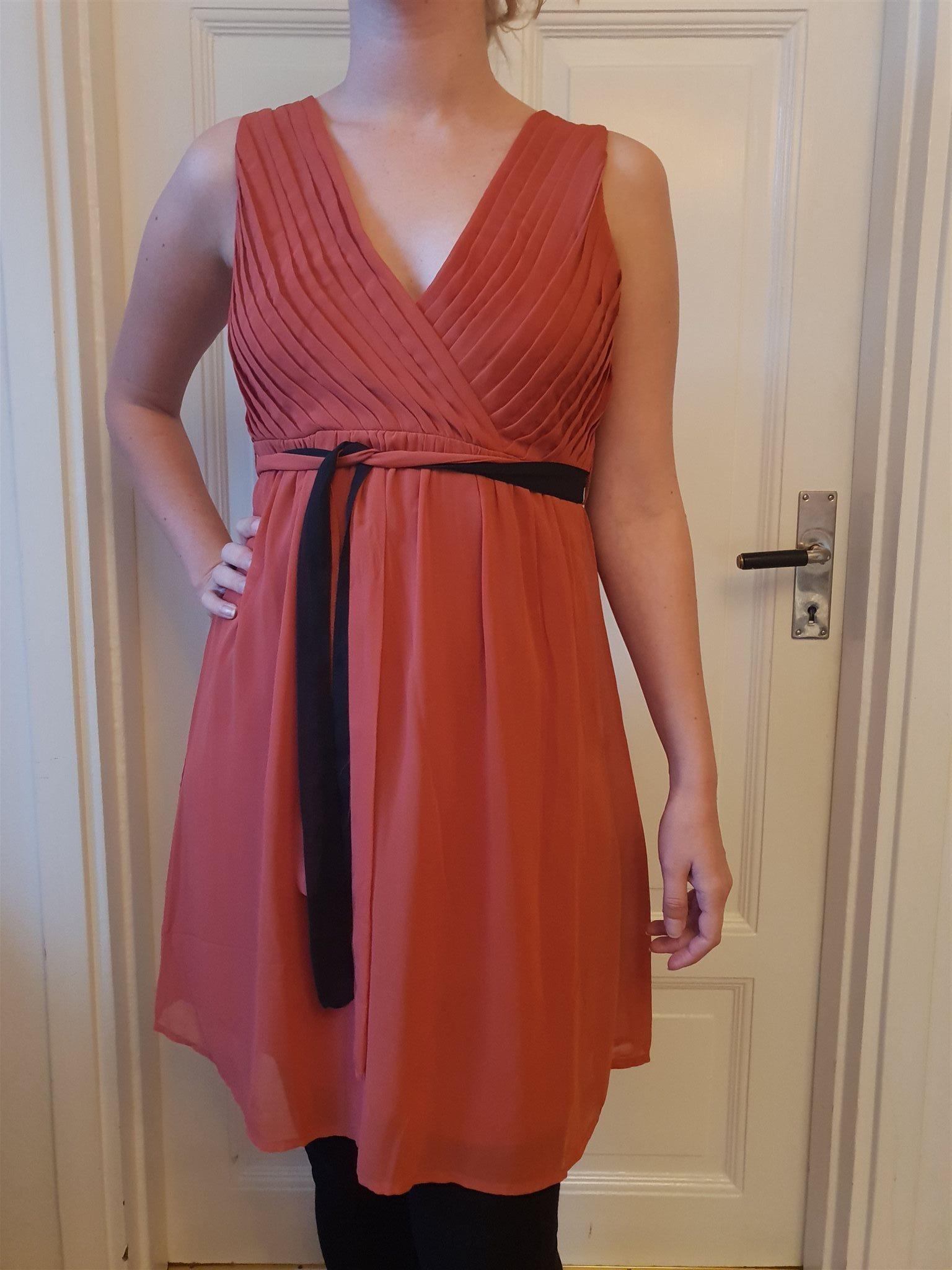 Röd klänning från Vila för fest och bröllop 62614c9484e4a