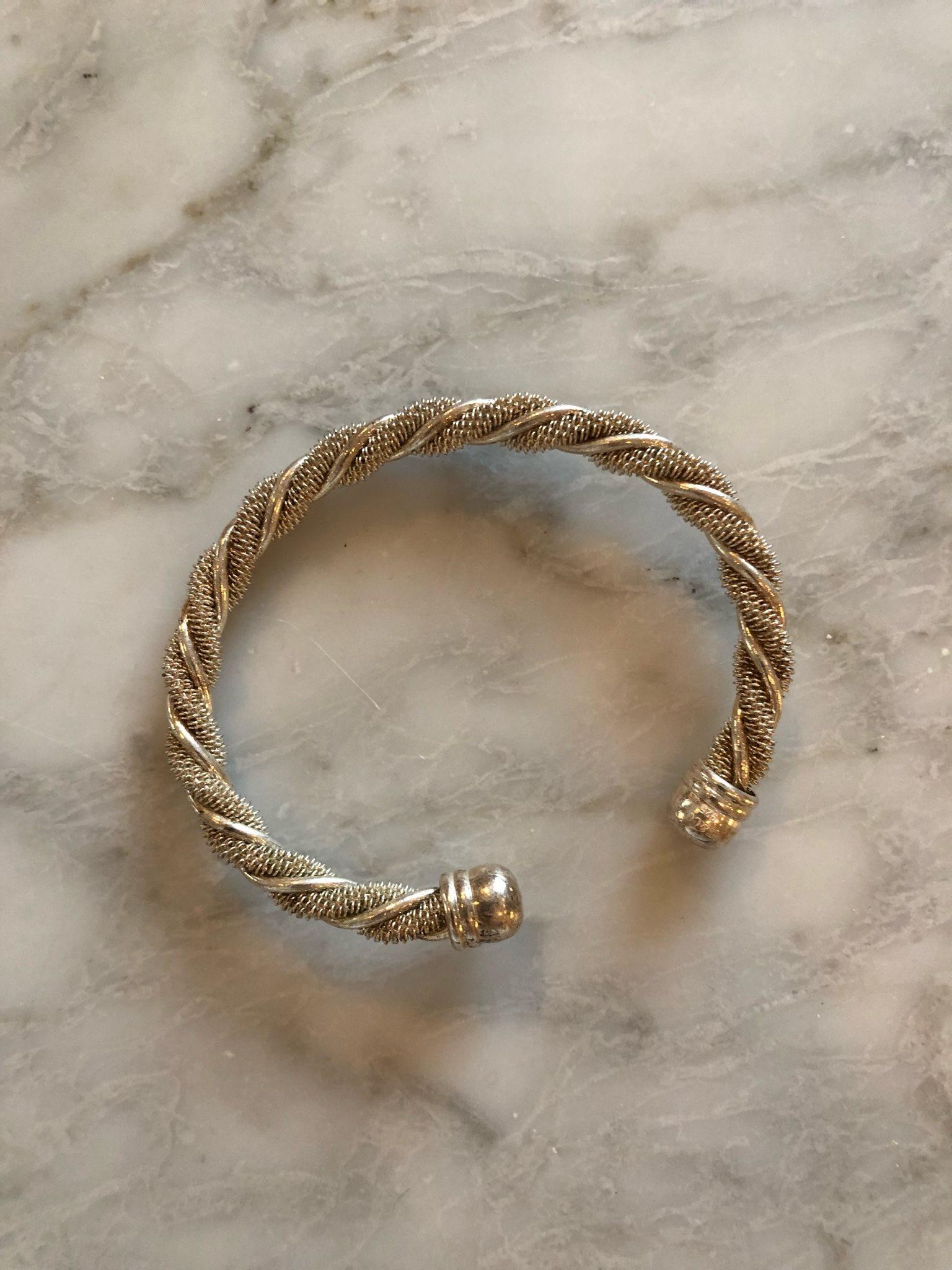 Silverfärgat armband. (332115342) ᐈ Köp på Tradera f8a2a3218a509