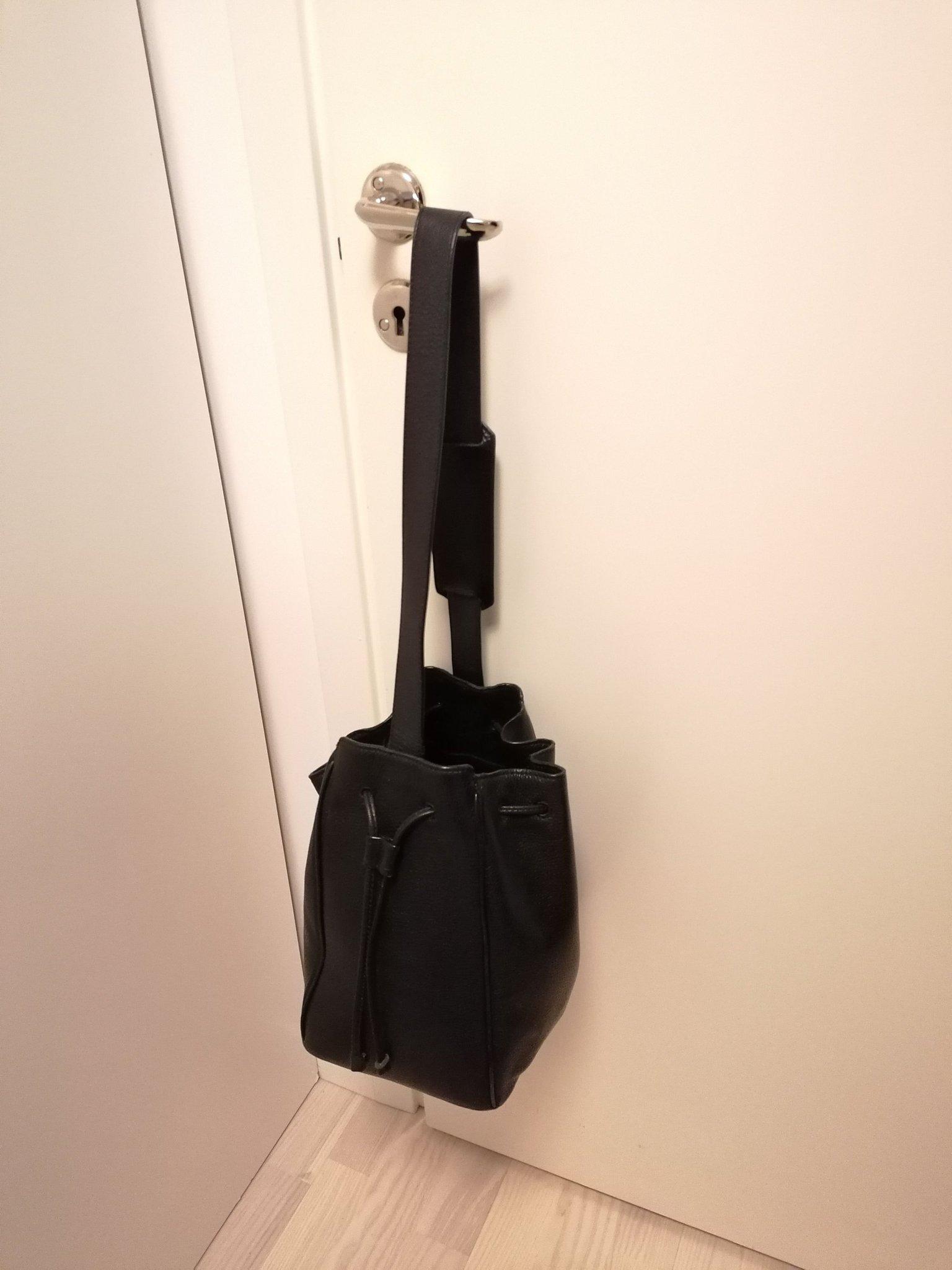 Väska bucket bag från & Other stories. Svart skinn