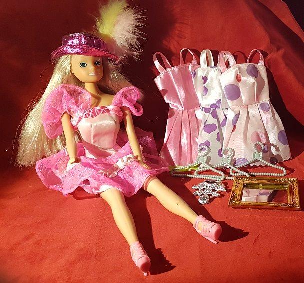 Lek Docka ca 30 cm lång 4 klänningar galgar halsband skor hatt spegel  toppat hår 0c2ab77f6d119