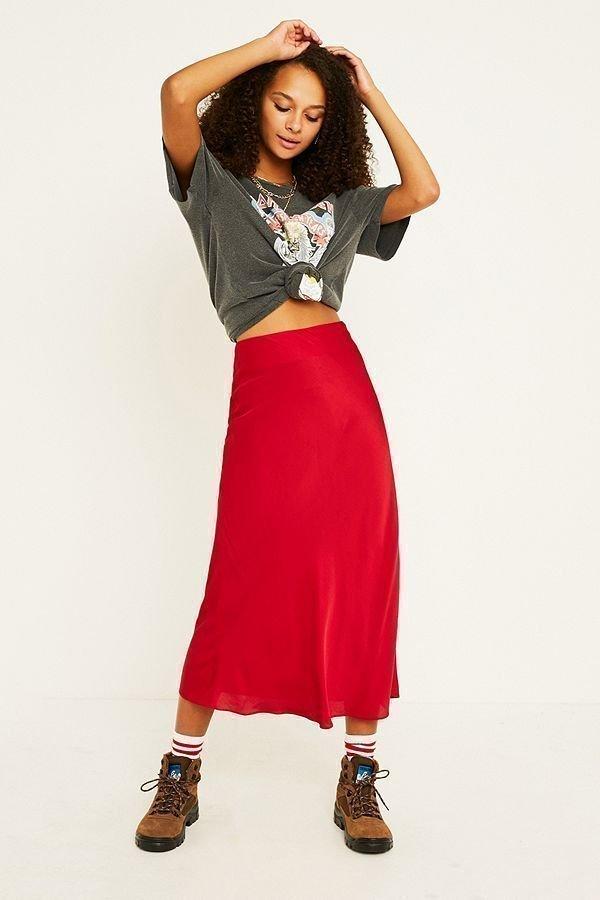 Röd kjol från Urban Outfitters, Satin, bias cut, passar storlek 34