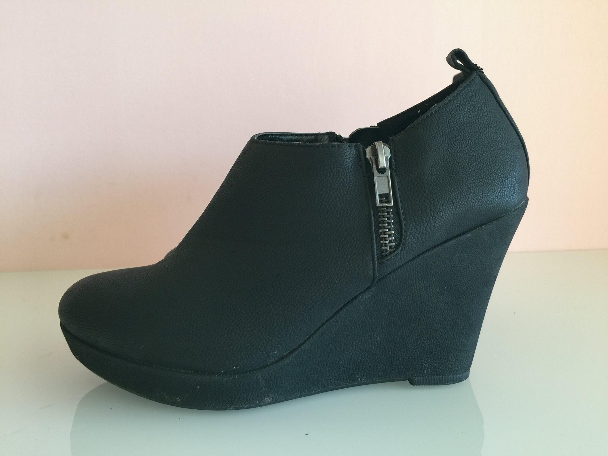 svarta skor med kilklack