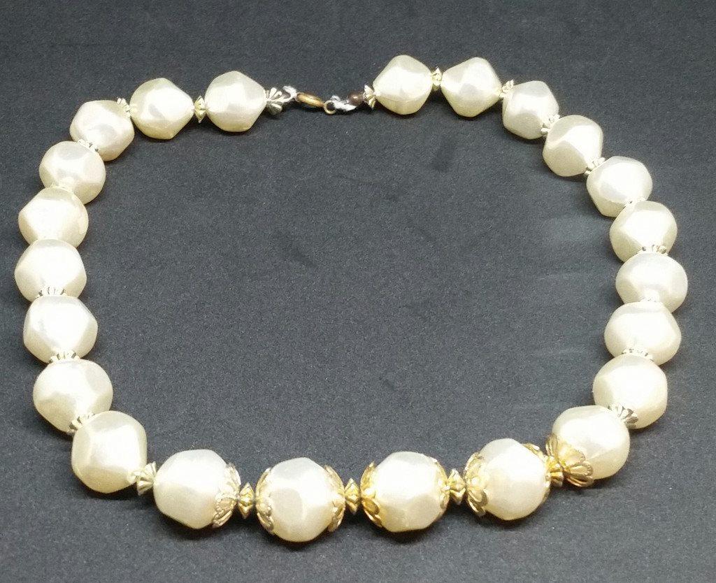 Retro smycke bijouteri halsband stora oregelbundna pärlor med gulddekor  mellan ee487575ee8fe