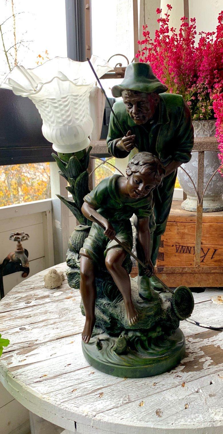 "BORDSLAMPA, ""fiskande far & dotter"" JugendArt Nouveau. 1900 tal. Julklapp? 1 kr"