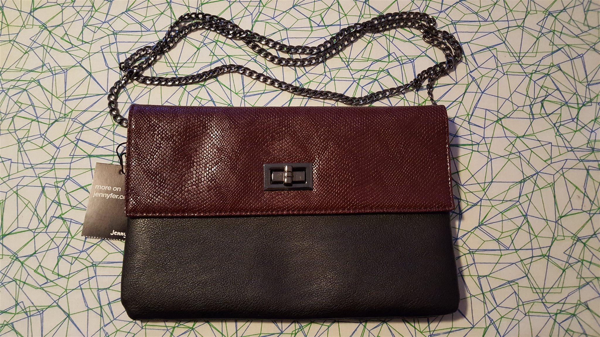 svart handväska med kedja