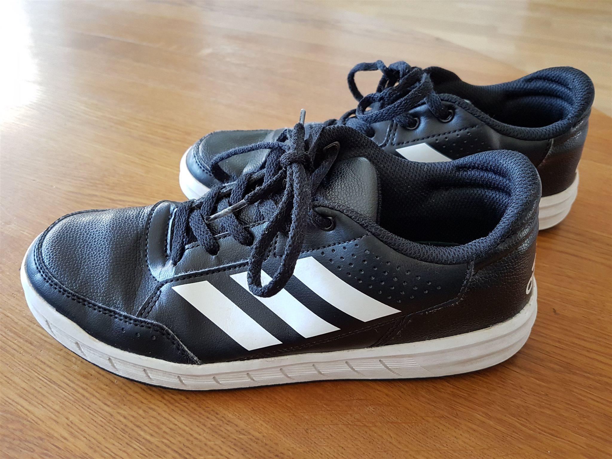 svarta adidas sneakers