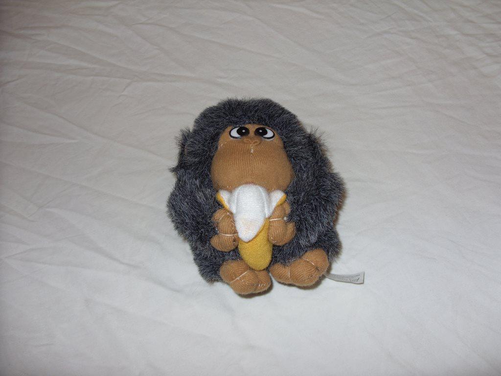 a en apa som äter banan