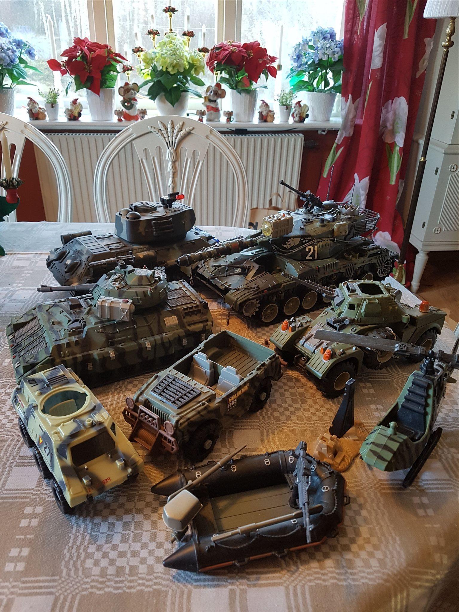 Krig action fordon, tanks, jeep, båt och helikopter. Välbehållna!