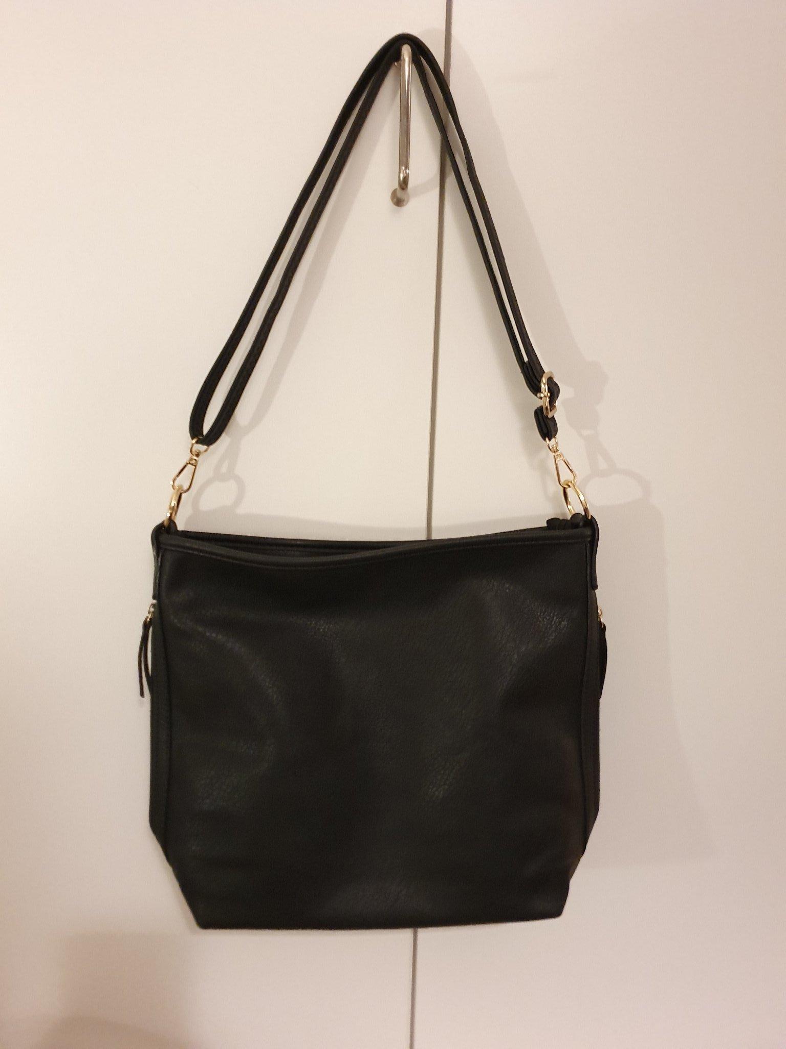 svart väska med axelband