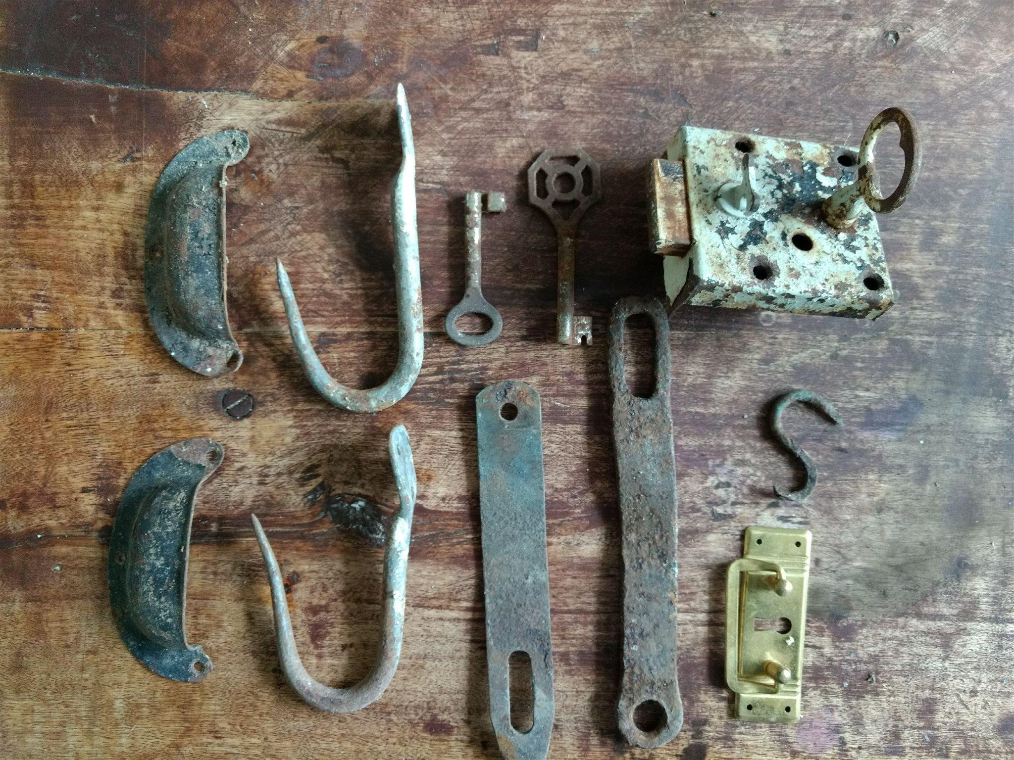gamla beslag och krokar