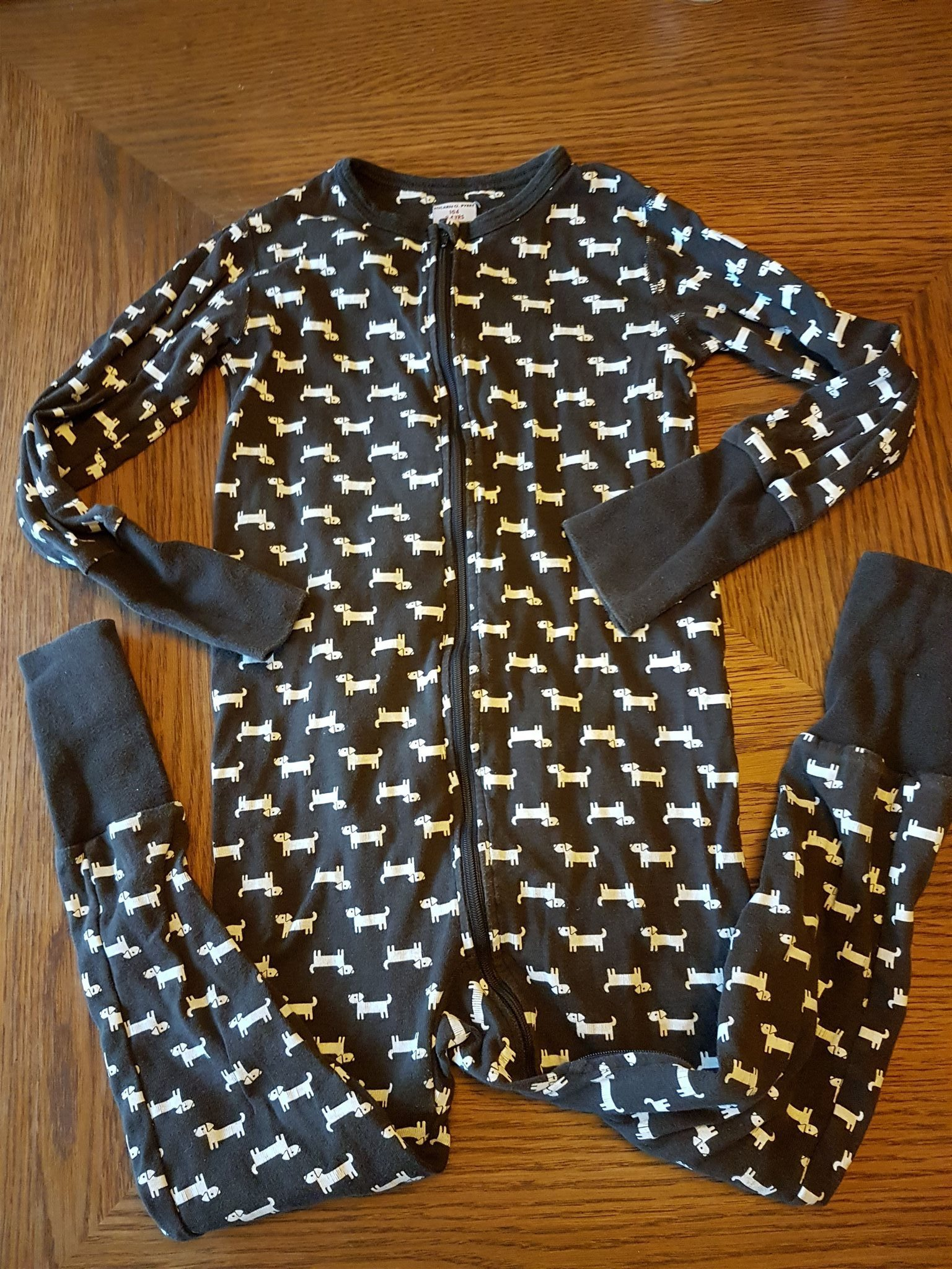 Pyjamas från Polarn och pyret i strl 104 med söta hundar på. Brun och vit fa5f23496d773