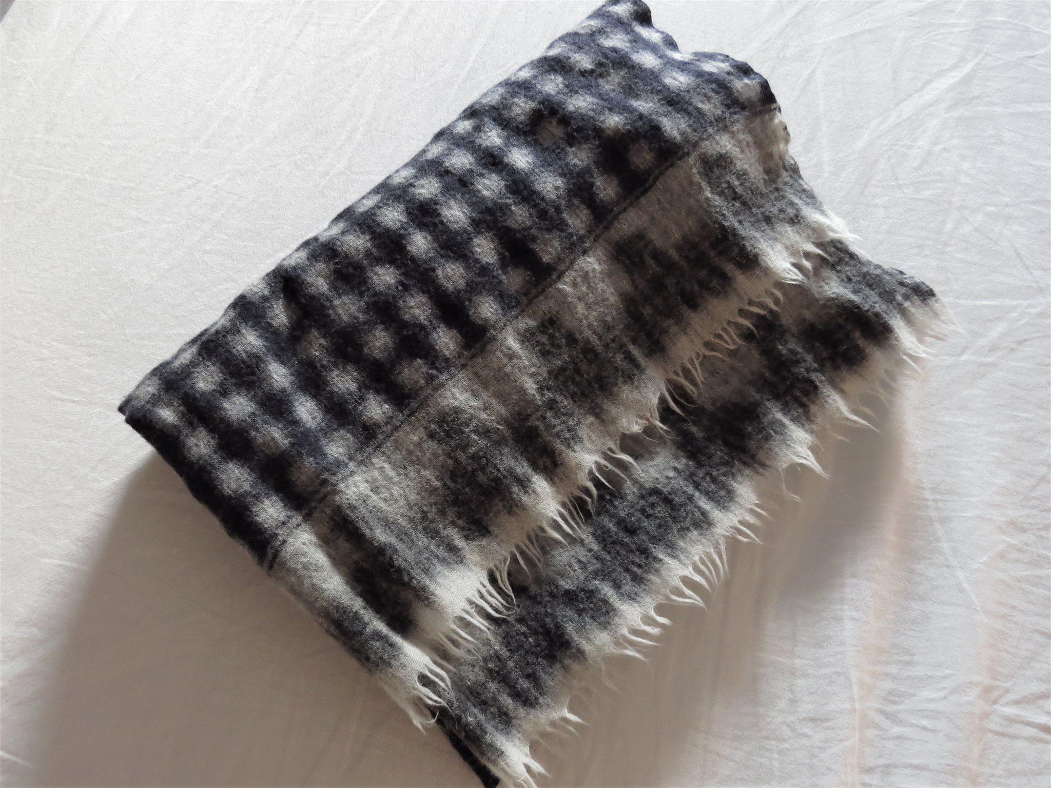 Sjal i marinblått m vita gråa prickar i ull Mango (klassisk vintag litet hål 1008e5943cfc0
