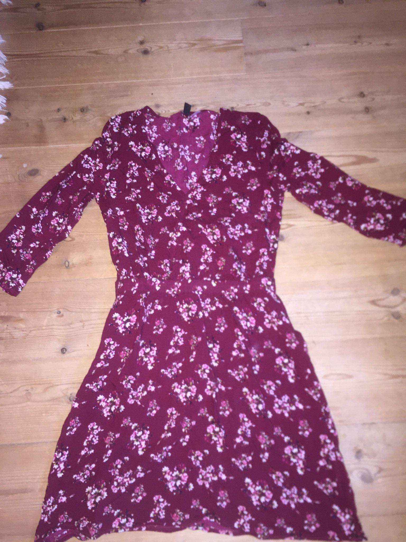 967a4a13b967 Blommig klänning, knapp i urringning (335639005) ᐈ Köp på Tradera