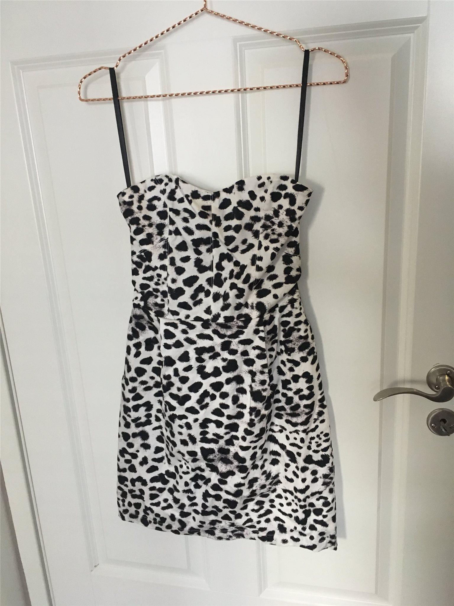 Vit axelbandslös klänning med leopardmönster. F.. (326941649) ᐈ Köp ... 46a7ae8088b42