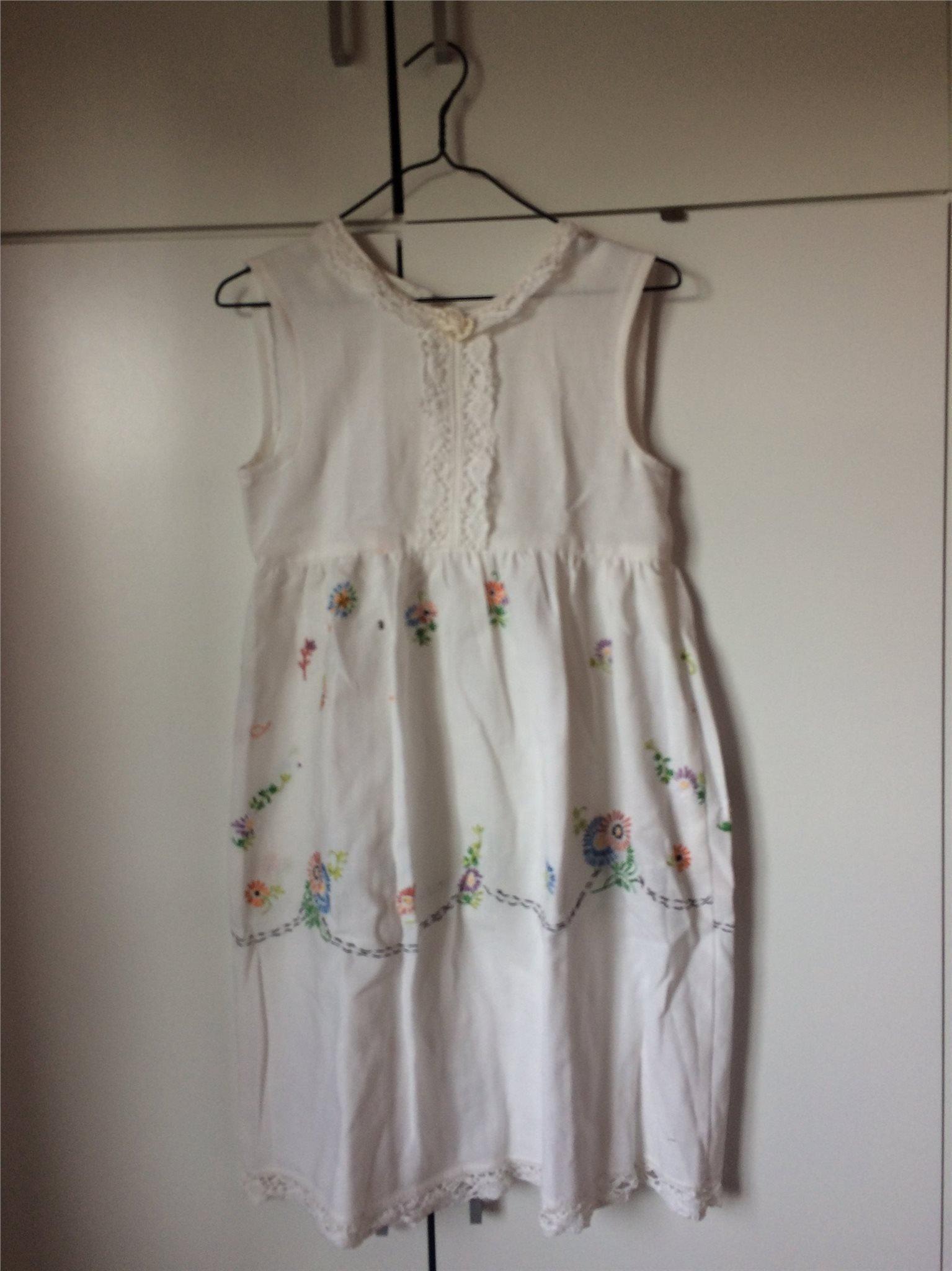 419a5399d459 vit klänning, broderade blommor spets rosett, hemmasydd midsommar  skolavslutning ...