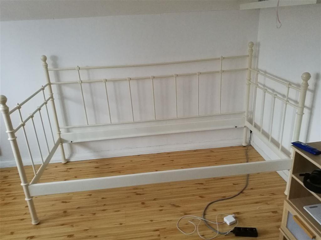 Säng dagbädd från IKEA,vit metall på Tradera com Sängar för sovrum
