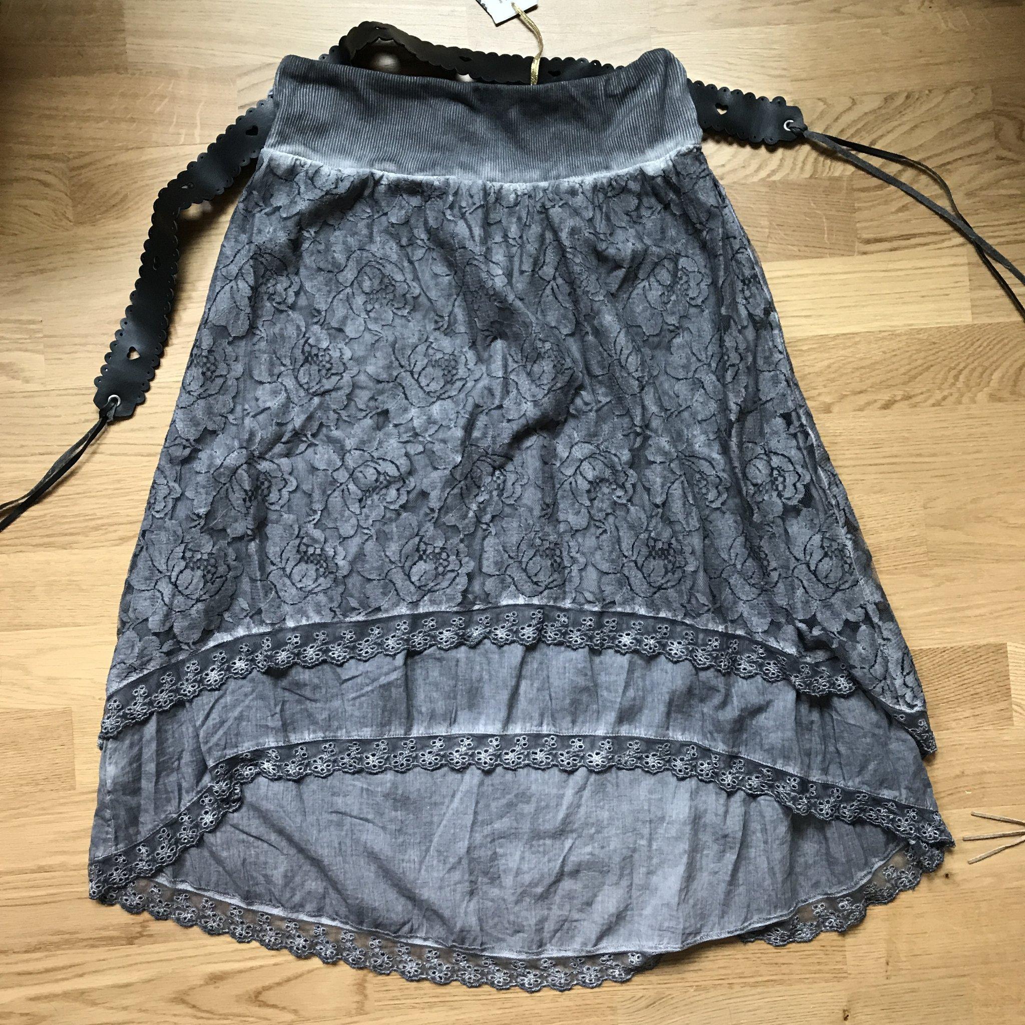 b1ba78f727ca Rosebud Harriet skirt kjol med bälte, spets o volanger. Oanvänd med lappar  kvar!