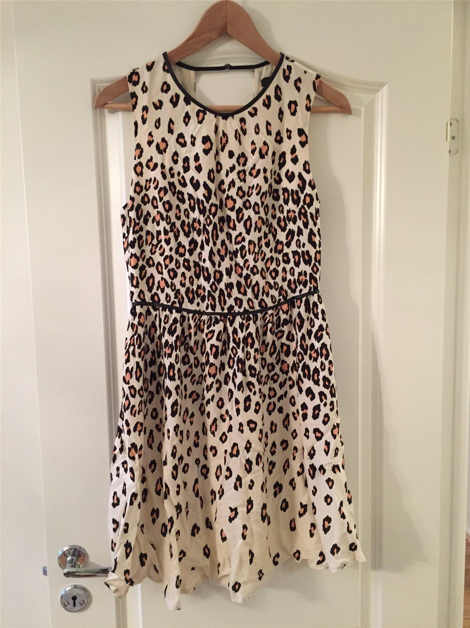 Leopardmönstrad klänning från Oasis (327374221) ᐈ Köp på Tradera d5107a6553c97