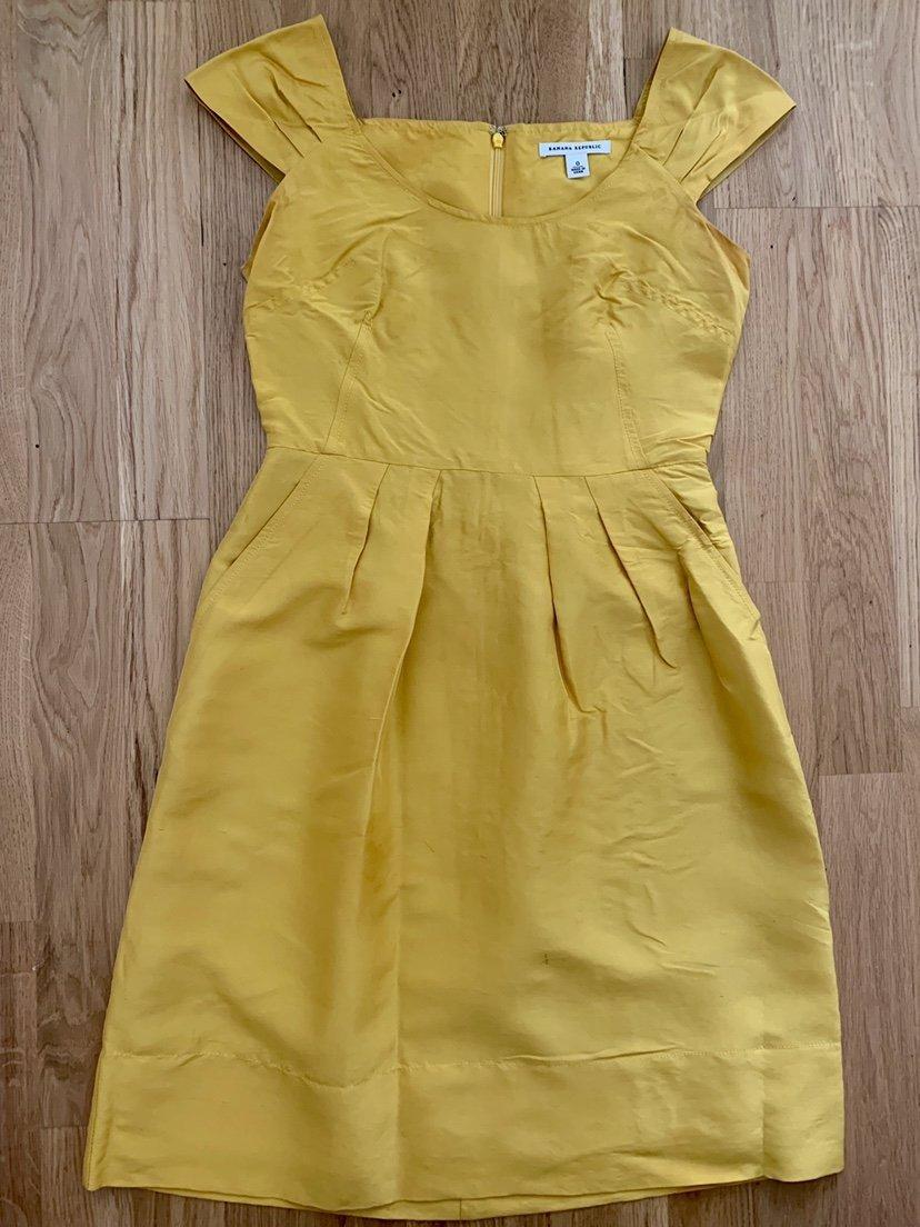 769c489de51e Gul sidenklänning Banana Republic siden silke klänning bröllop sommar fest  XS ...