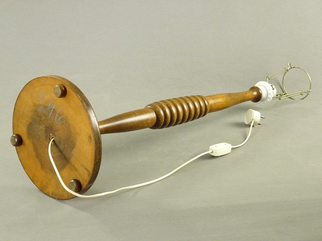 Storäldre golvlampa lampfot lampa i trä retro vintage på Tradera com