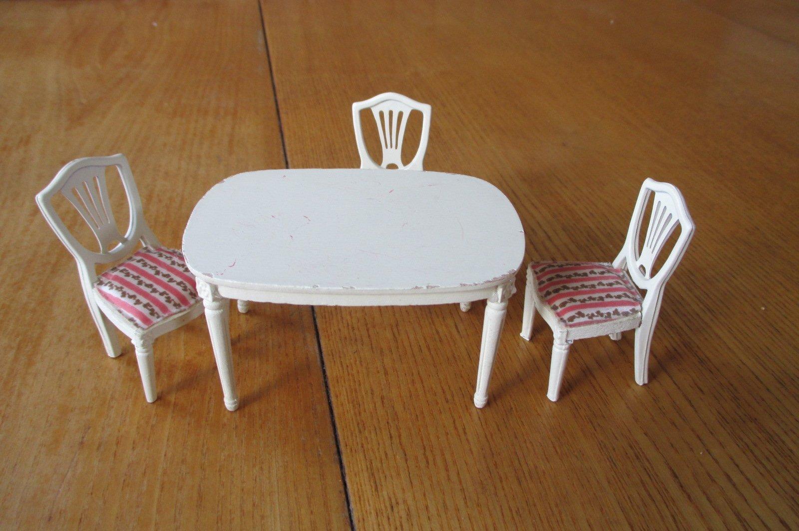 LUNDBY : Matbord och 3 stycken stolar i Gustavi.. (399236444