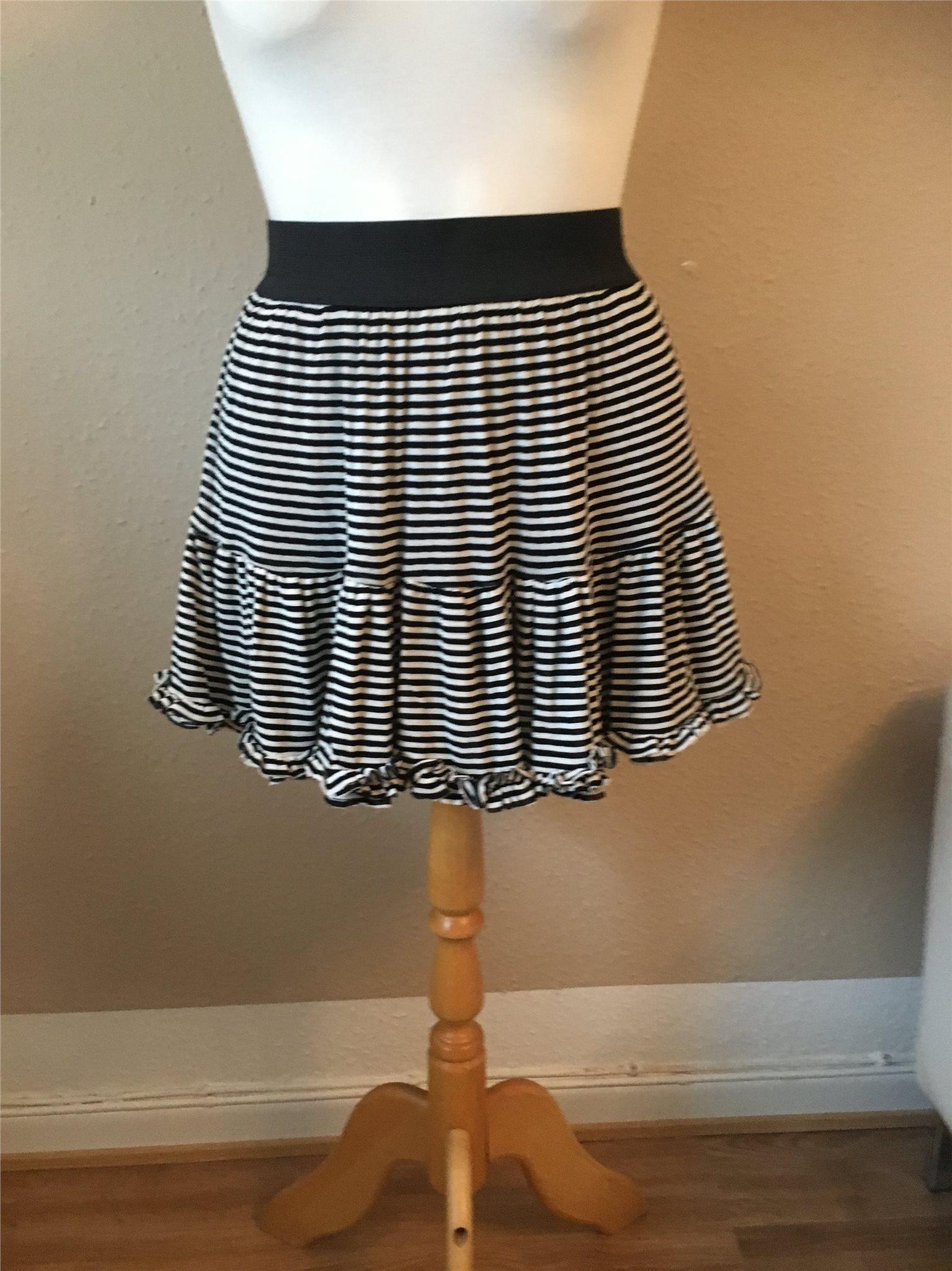 svart vit randig kjol