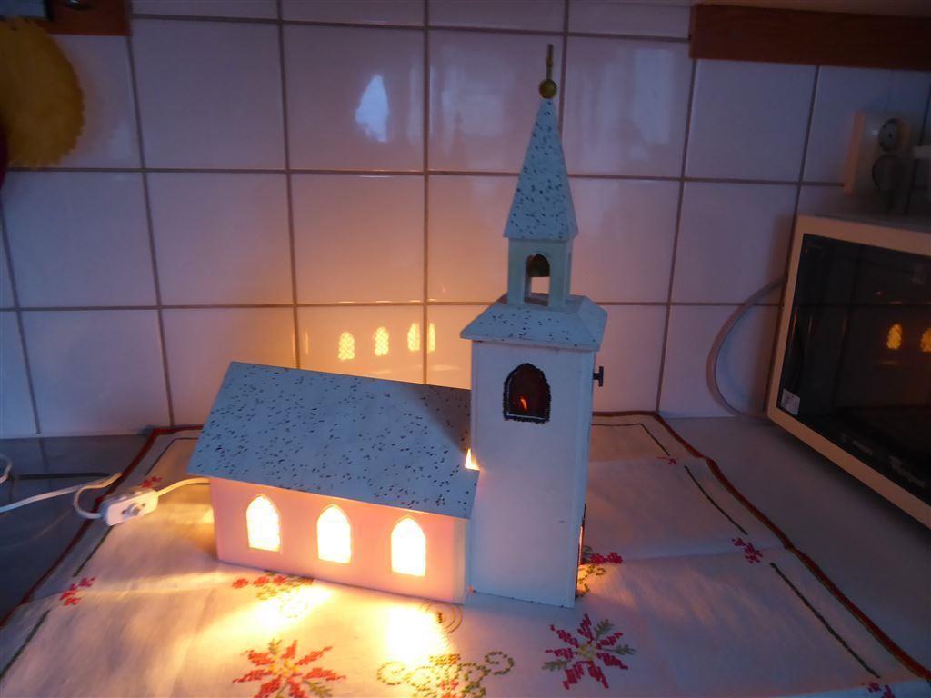 Julkyrka / adventkyrka med spelverk & elektrisk belysning vitt glitrig
