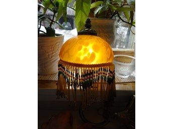 Vägglampa med glaskupapärlstavs frans Art deco stil..