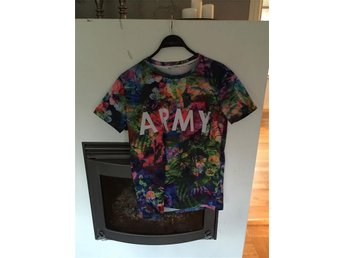 Blommig t-shirt med ARMY tryck