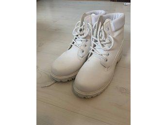 Snygga vita boots från NLY (nelly), storlek 38 (404201376