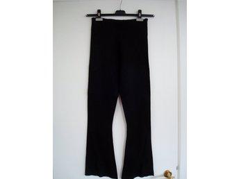 svarta utsvängda tights
