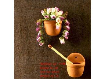 Väggampel med röd nedhängande blomma. Miniatyr Skala 1:12 - Vallentuna - Väggampel med röd nedhängande blomma. Miniatyr Skala 1:12 - Vallentuna