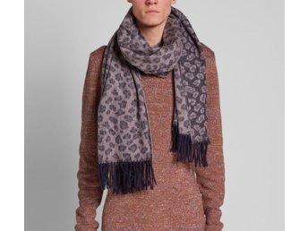 Javascript är inaktiverat. - Stockholm - Säljer min Acne scarf då jag har för många sjalar. Använd fåtal gånger. Varm och härlig. - 100 % Wool - Stockholm