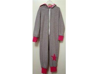 116 Jumpsuit grå rosa stjärna bra skick. - Skärholmen - 116 Jumpsuit grå rosa stjärna bra skick. - Skärholmen