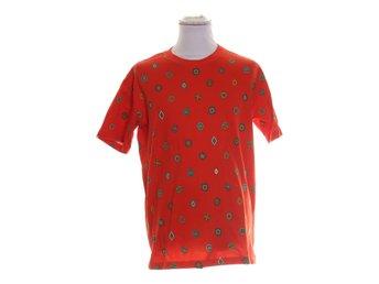 Javascript är inaktiverat. - Stockholm - Kenzo X H&M, T-shirt, Strl: M, Färg: Röd, FlerfärgadVaran är i fint begagnat skick. Skick: Varan säljs i befintligt skick och endast det som syns på bilderna ingår om ej annat anges. Vi värderar samtliga varor och ger dom en beskrivnin - Stockholm