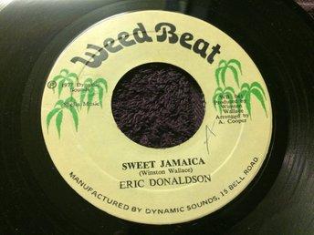 Eric Donaldson: Sweet Jamaica (1977/Jamaica/7inch/Weed Beat) - Sollerön - Jamaikansk original singel från 1977. Mycket bra skick. Givetvis ingår vit skivpåse (eller skivbolagspåse) till singeln. Läs gradering. Weed Beat WB 041 Jamaica 1977 Skick på omslag: Skick på skivan: EX Vinyl-Singel Skickar med vanlig p - Sollerön