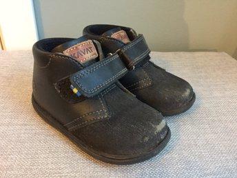 Javascript är inaktiverat. - Linköping - Skor i modellen Hammar från Kavat. Storlek 22. Lite slitna frampå tån men det fräschas lätt upp med lite skokräm. Annars fint begagnat skick! Nypris ca 699 kr.Från Kavats hemsida:Hammar är en stilren sko för de minsta. Tillverkad i v - Linköping