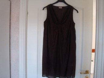 Jättefin brun tunika klänning med pärlor - Säve - Jättefin brun tunika klänning med pärlor - Säve