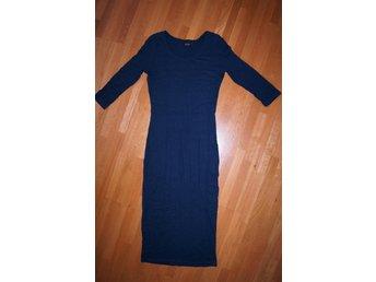 Javascript är inaktiverat. - Avesta - Fräscht stilren och figursmickande marinblå långklänning från trendiga VILA i strl M. Mjuk och väldigt stretchig, håller formen. Aldrig använd, toppskick! Säljer fler plagg från många designers (klänningar, pennkjolar, byxor, blusar)  - Avesta