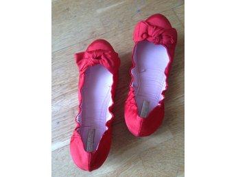 HELT NYA! Röda ballerina skor glansigt räfflat tyg urringade med rosett str 37