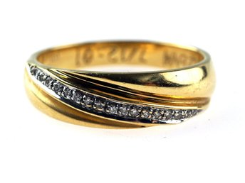 RING, 18K, 17,3mm, 4,02g, 18 st små diamanter, guld, b: 3 - 5,6mm.