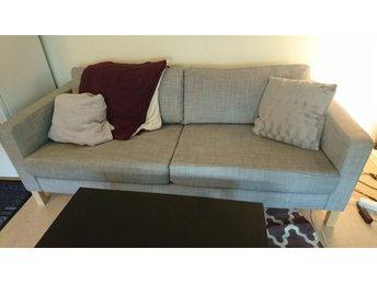 """Javascript är inaktiverat. - Handen - Säljer min soffa pga. flytt. Det är en """"Karlstad"""" från IKEA och i fint skick. AVHÄMTNINGSDATUM: 29-31 maj. Bredd/Djup: 90cm. Längd: 205cm. Höjd (upp till sittdynorna) 45cm. Den extra kudden och filtarna på bilden medföljer ej. ENBART soff - Handen"""