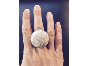 Ring HM vit grå sten diameter 18 mm Boho trend stor ring fake marmor rund