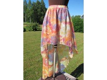 Färgglad kjol, Stl S, kort framtill, lång bak, Chiffong i 2 lager.Vacker lyster
