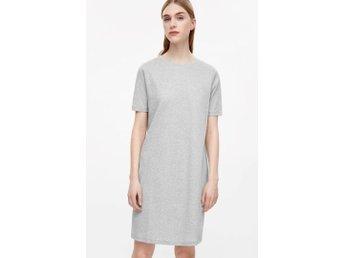 """COS, STRAIGHT RIB DRESS stl. M. Slutsåld - Hägersten - COS straight rib dress stl. M. Slutsåld Säljer en ljusgrå, ribbad klänning från COS, beskivet på hemsidan: """"A casual style and a simple, clean design, this short dress is made from a soft, ribbed cotton with a melange finish. A straig - Hägersten"""