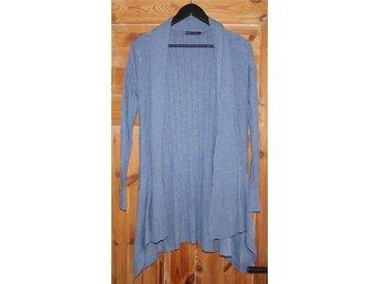 Cardigan Porta Fortuna L/XL - Ystad - stickad cardigan Porta Fortuna L/XL (40,42) 40% wool, 42% cotton, 10% cashmere, 5% elastan storlek 40,42 färg grå/blå längd 90 cm ärm 49 cm bra skick - Ystad