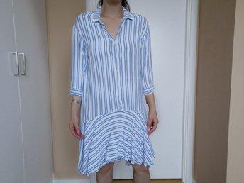 randig klänning blå vit