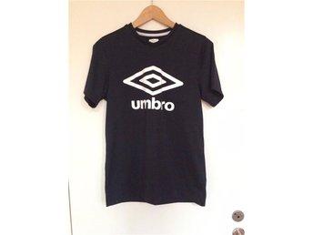 Umbro svart/vit t-shirt stl S vintage 90-tal - Malmö - Umbro svart/vit t-shirt stl S vintage 90-tal - Malmö